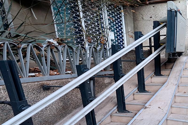 yaşlı merdiven asansörü